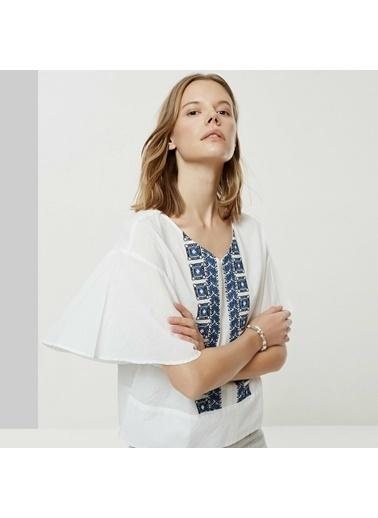 Yargıcı Nakış Detaylı V Yaka Bluz Beyaz